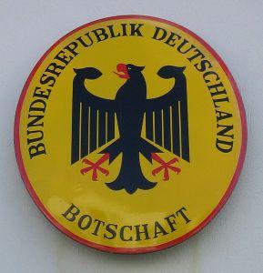 Schild einer Deutschen Botschaft