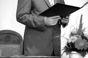 Standesbeamter mit Buch in der Hand - Foto in schwarzweiß