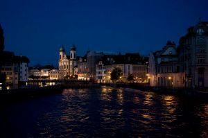Schweiz - Luzern bei Nacht mit Blick auf den Fluß