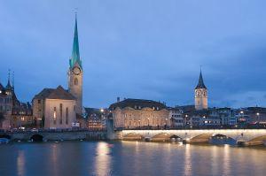 Foto bei Nacht von Zürich in der Schweiz