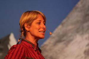 Foto von einer Frau mit Microfon auf der Bühne