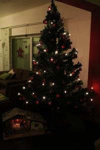 Weihnachtsbaum mit roten Kugeln und weiterem Christbaumschmuck