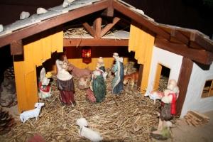 Krippe mit Jesuskind, den heiligen drei Königen und Maria und Josef