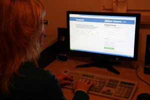 Liane am Computer bei der Internetrecherche nach ihrem möglichen Vater
