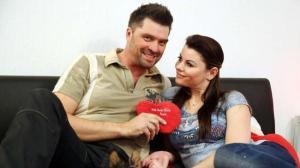 Cathleen und Andreas auf einer Couch mit Herz in der Hand - RTL Dokusoap 7 Tage Sex