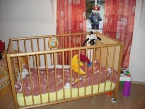 Kinderbett mit Gittern im Kinderzimmer