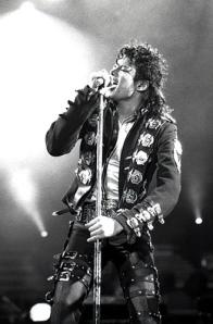 Schwarzweißfoto von Michael Jackson live im Konzert in Wien in 1988
