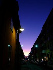 Straße bei Nacht auf der Insel und Stadtteil Södermalm in Stockholm Schweden
