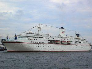 Farbauffoto von einem Passagierschiff