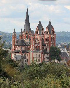 Limburg liegt zwischen Köln und Frankfurt und besitzt einen ICE-Bahnhof